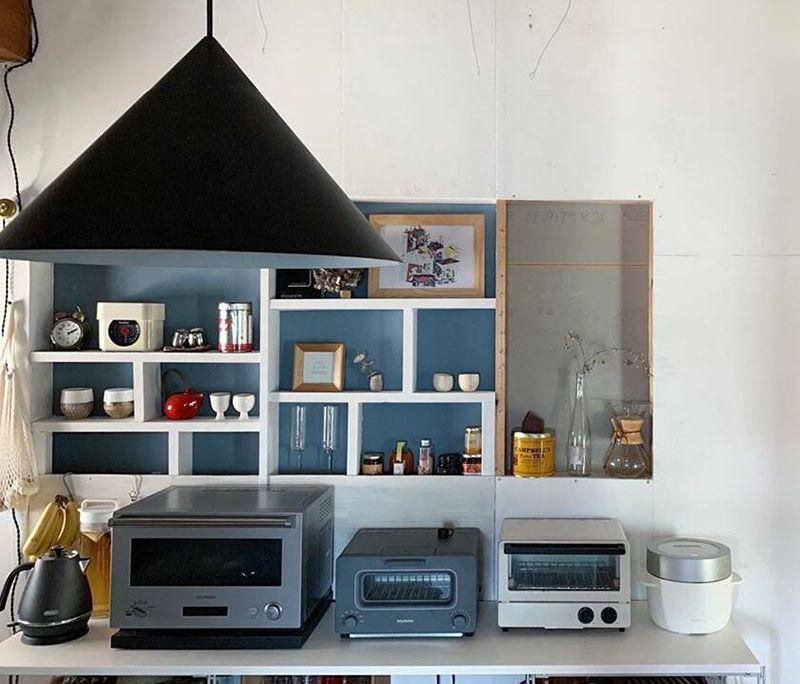 棚裏のブルーが映えるキッチンエリア