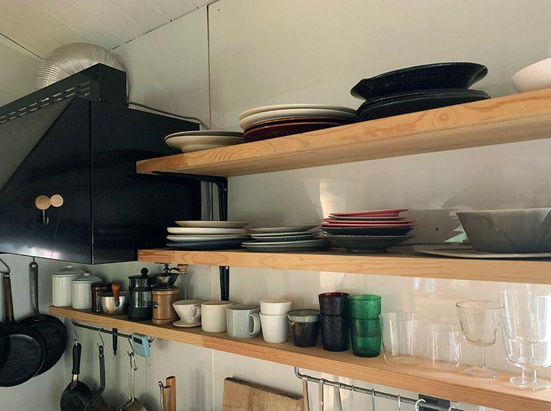 キッチンエリアも壁面棚で見せる収納に