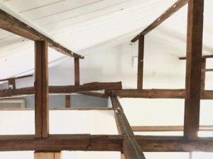 天井全面を白く塗装