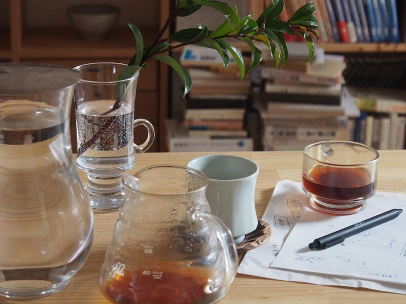 ダイニングテーブル上のグラスに挿した植物