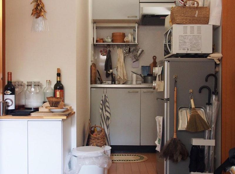 吊るし収納でキッチンの狭さをカバー