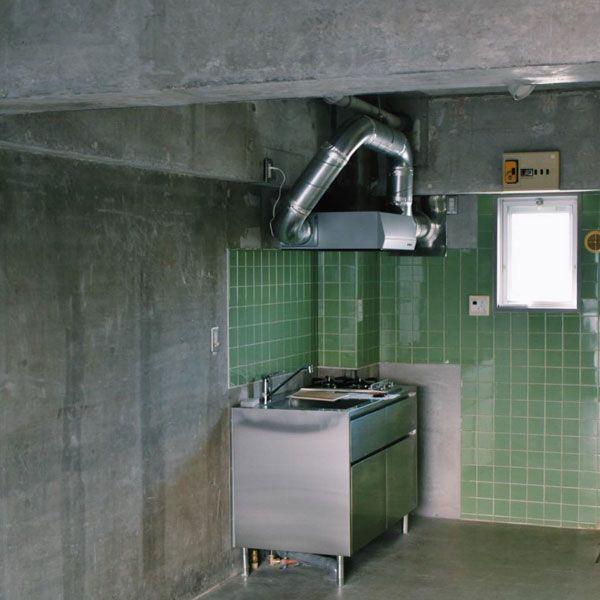 緑のタイルがレトロなキッチン
